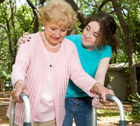 marcheur: Teen fille aidant une femme avec des hauts un marcheur.