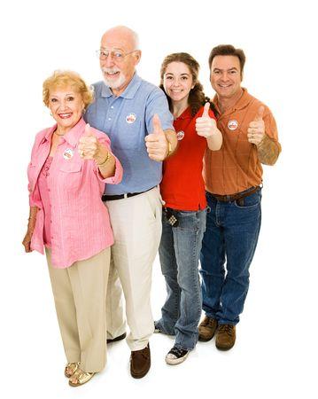 głosowało: Rodzina amerykańskich wyborców w każdym wieku, całe ciało wyizolowanych na białym tle. I voted naklejki są uniwersalne, a nie znakami towarowymi. Zdjęcie Seryjne
