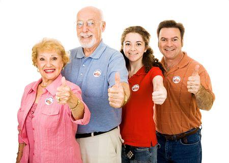 głosowało: Rodzina amerykańskich wyborców wyizolowanych na białym dając thumbsup. I Zagłosowano naklejki są uniwersalne, a nie znakami towarowymi. Zdjęcie Seryjne