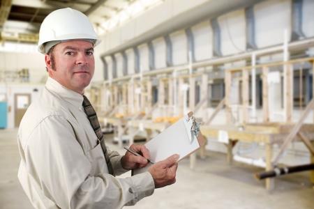 Inpector esecuzione di una verifica di un impianto idraulico di fabbrica. Archivio Fotografico - 3486911