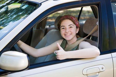Cute conductor adolescente que los pulgares hasta después de pasar su prueba de conducción. Foto de archivo - 3672109