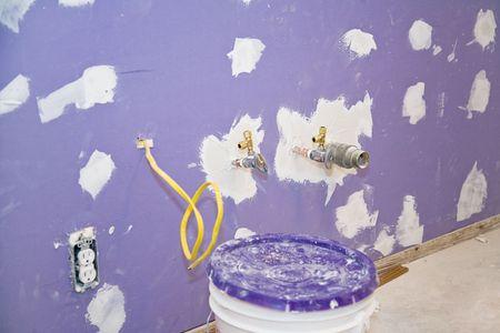 tablaroca: Reci�n instalado drywall. Tornillos est�n cubiertos con spackling agujeros y se han reducido de fontaner�a y accesorios el�ctricos.