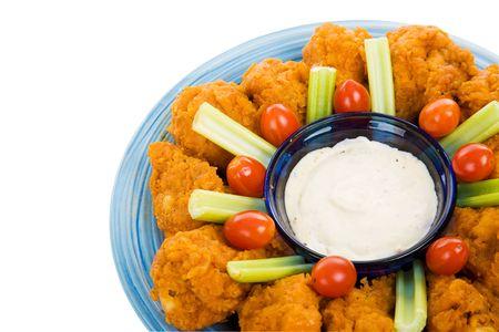spicey: Platter spicey di ali di pollo fritte su bianco con percorso di clipping. Archivio Fotografico