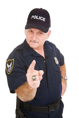 gorra polic�a: Buscando enojado oficial de polic�a apuntando su dedo a usted. Aislado en blanco. Foto de archivo