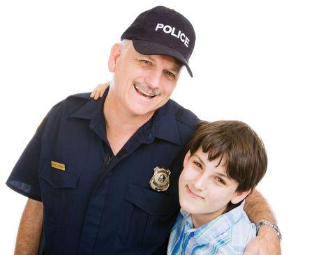 gorra polic�a: Friendly oficial de la polic�a y un muchacho adolescente. Aislado en blanco. Foto de archivo