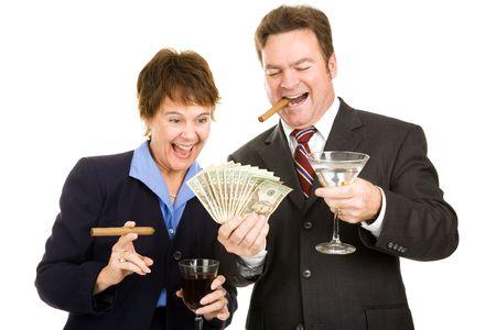 cigarro: Socios de negocios la celebraci�n de un taco de dinero en efectivo, mientras que fumar puros y beber c�cteles. Aislados. Foto de archivo