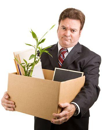 Onlangs ontslagen zakenman die een kartonnen doos gevuld met zijn bezittingen. Geïsoleerd op wit.