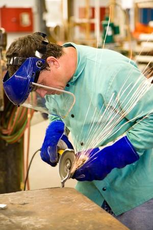 grind: Machinist trabajando en una f�brica de metal. Aut�ntica y exacta. Foto de archivo