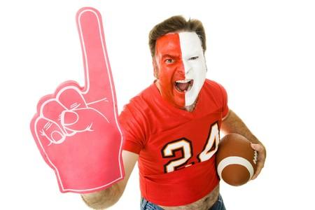 Voetbalsupporter geschreeuw en wuivende een Number One schuim vinger. Geïsoleerd op wit.