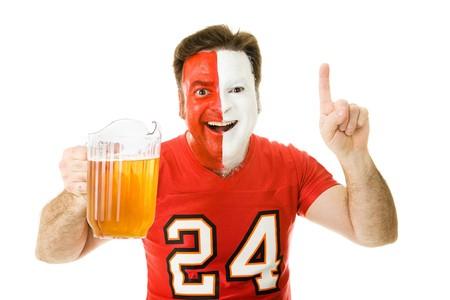 numero uno: Entusiastiche sport ventola con una brocca di birra, che il numero uno segno. Isolato su bianco.