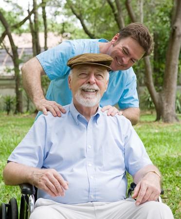 elderly pain: Disabili alti uomo godendo un massaggio rilassante dal suo fisico terapeuta.