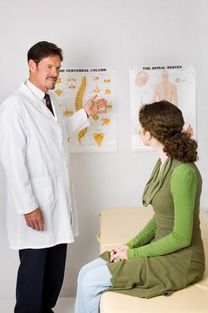 spinal manipulation: Chiropratico spiegando la colonna vertebrale e del sistema nervoso a un nuovo paziente.