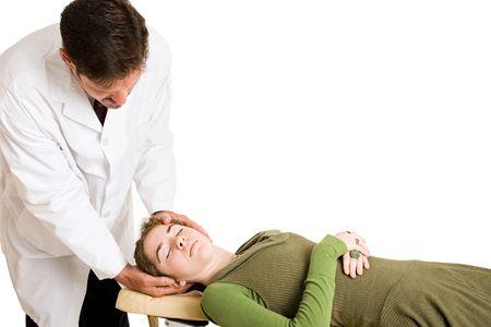 spinal manipulation: Chiropratico adegua il collo di un paziente. Isolati con spazio per il testo.