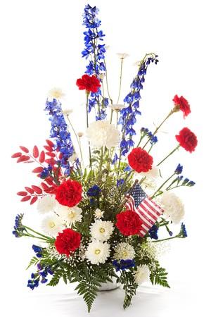 Bloemstuk in rood, wit en blauw naar Amerika te vieren. Isolated on white.