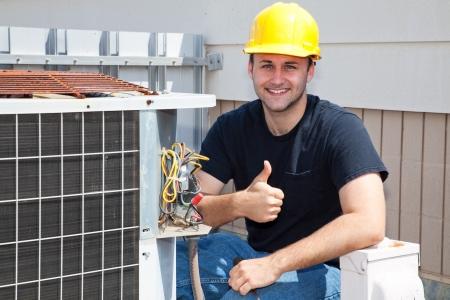compresor: Reparador de aire acondicionado que trabajan en un compresor y dar una thumbsup. Foto de archivo