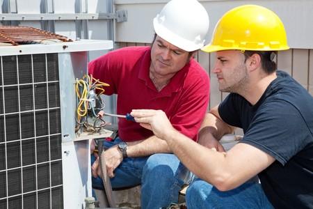 Professionale studente impara aria condizionata riparazione da un esperto istruttore. Archivio Fotografico - 4531651