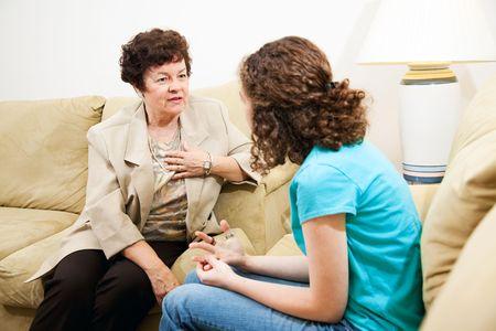empatia: Terapeuta expresar empatía ya que asesora a un paciente joven. Foto de archivo