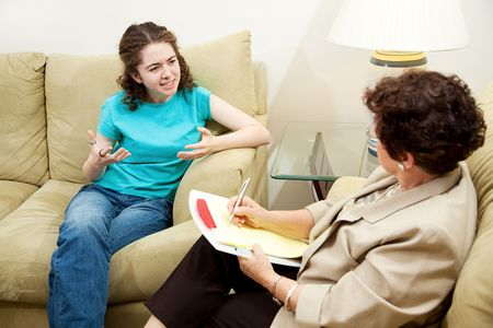 Teen girl expressing frustration in a session with her therapist.   Banque d'images