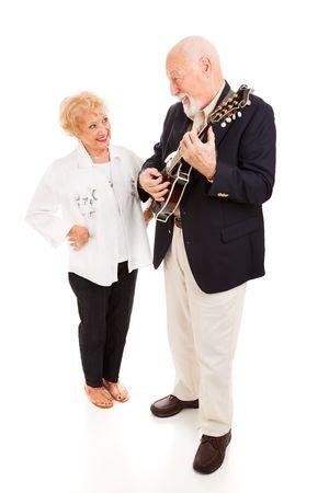 mandolino: Handsome serenading uomo anziano la sua bella signora sulla mandolino. Corpo pieno isolati.