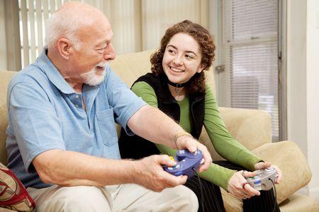 祖父はビデオゲームで遊ぶ彼の孫娘との質の時間を費やしています。