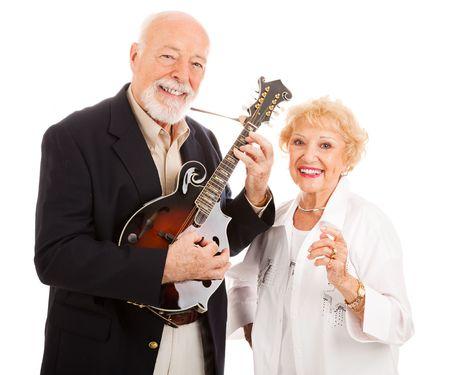 actief luisteren: Senior man speelt muziek op zijn mandoline, terwijl zijn vrouw zingt mee. Geïsoleerd