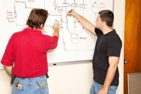 전기 공학 학생은 회로 다이어그램을 학습합니다.