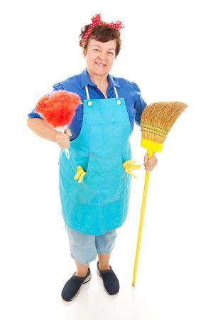 haush�lterin: Friendly Haush�lterin bereit zu arbeiten, hielt ihre Besen und Staubwedel. Ganzk�rper isoliert. Lizenzfreie Bilder