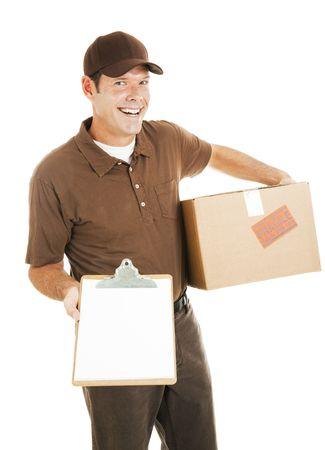 Happy Lieferung Mann, der ein Paket und ein Klemmbrett mit einer Nachricht für Sie. Isolated on white mit Leerzeichen.