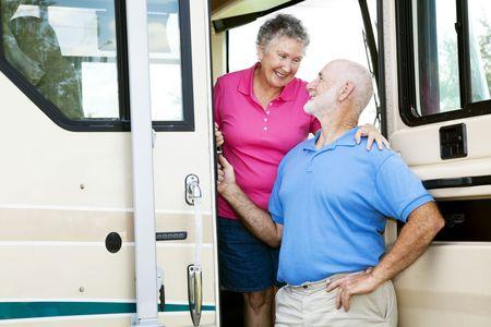 Atractiva pareja senior viajando por autocaravanas.