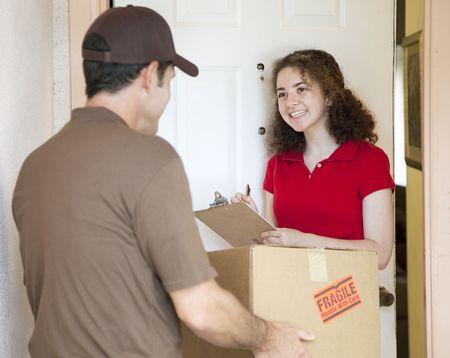 corriere: Segni Giovane donna per un pacchetto consegnato da un corriere.