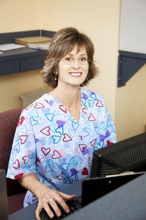oficinista: Recepcionista, bonita y amable en una Oficina de los m�dicos.   Foto de archivo