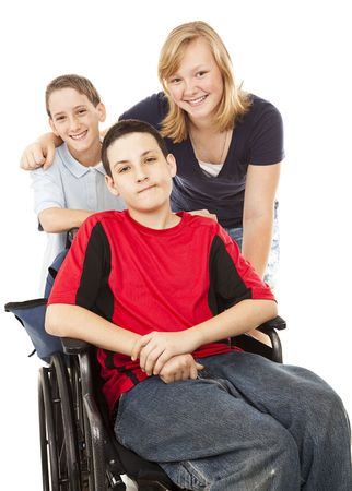 persona en silla de ruedas: Chico de discapacitados en silla de ruedas con su hermano y hermana.  Aislados en blanco.