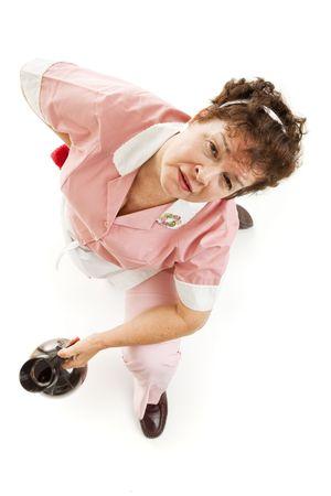 levantandose: Camarera agotada con dolor de espalda, levantarse del suelo.  Aislados en blanco.