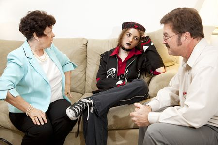 feindschaft: Mutter und Teen Tochter in Familientherapie zusammen.