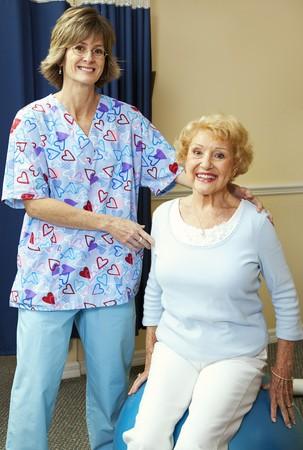 Fysiotherapeut en senior patiënt tijdens de training.