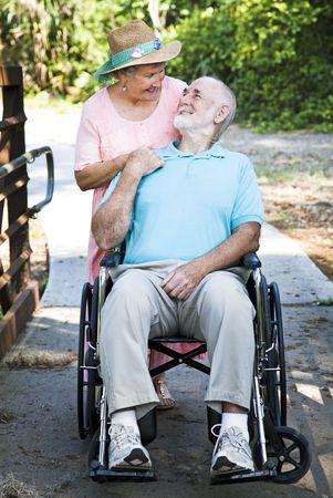 그 돌보는 그의 사랑의 아내와 휠체어에서 비활성화 된 수석 남자.