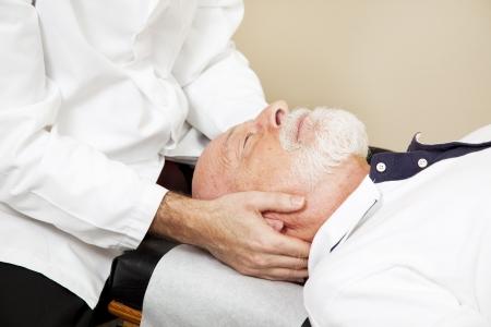 osteopata: Detalle de un quiropr�ctico ajuste de columna cervical del paciente senior (cuello).  Foto de archivo