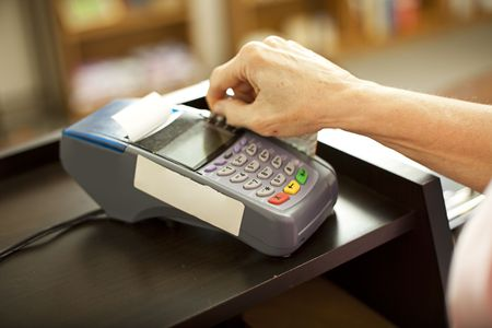 Closeup of a credit card scanning machine in use.  Shallow depth of field. Foto de archivo
