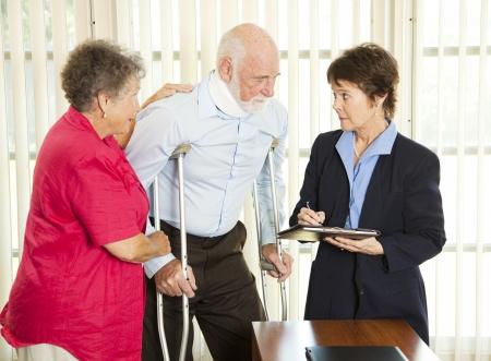 aide � la personne: Bless�, consulter un avocat sur une action en justice.  Banque d'images