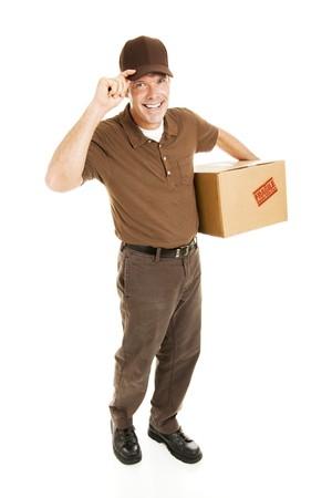 Friendly livreur transportant un paquet et de basculement de son chapeau.  Tout le corps isolé sur fond blanc.