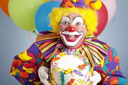 payaso: Payaso de feliz cumplea�os listo para el texto de la celebraci�n de un pastel en blanco.