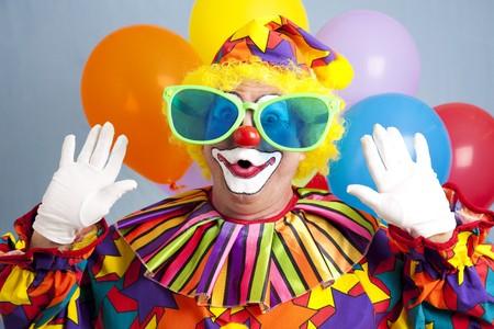 clown cirque: Clown stupide dans des verres surdimensionn�s, faire un visage surpris.