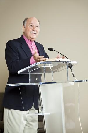 predicatore: Ministro d� la sua predica dal pulpito della Chiesa.  Archivio Fotografico