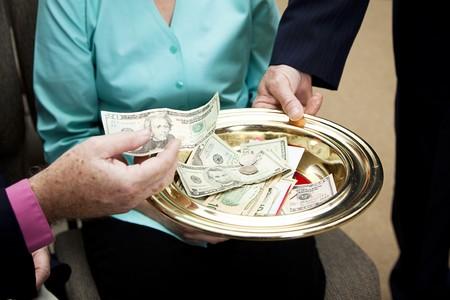 acomodador: Poner dinero en la placa de la colecci�n de miembros de la Iglesia.