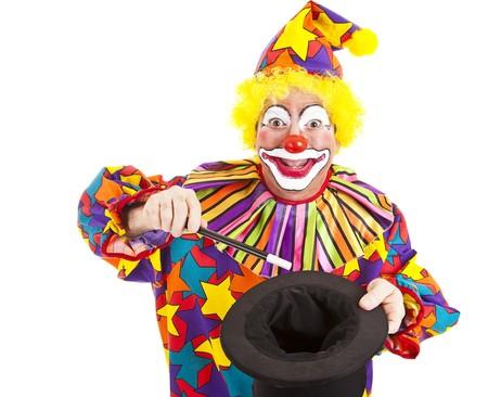 clown cirque: Joyeux anniversaire clown effectue une astuce magique avec un veulent et haut-de-forme.  Isol� sur fond blanc.