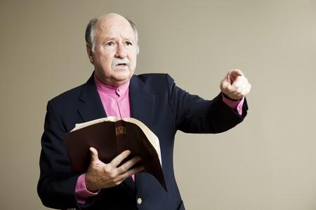 Ministro entrega un grave sermón en la Iglesia. Espacio para texto.
