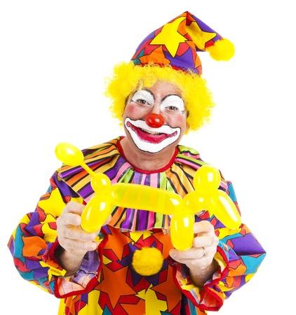 clown cirque: Happy Clown tenant un chien de ballon qu'il a fait. Isol� sur blanc.