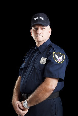 Ernsthafte Porträt von einem Polizisten auf einem schwarzen Hintergrund.