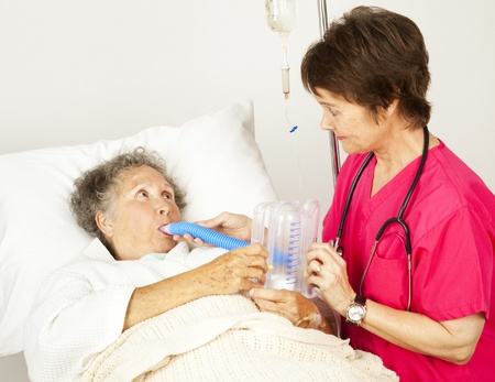 Nurse helps senior patient do breathing exercises in the hospital.   版權商用圖片
