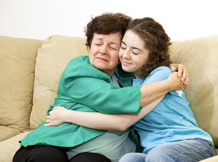 perdonar: La madre y la hija adolescente entre s� dando un fuerte abrazo.